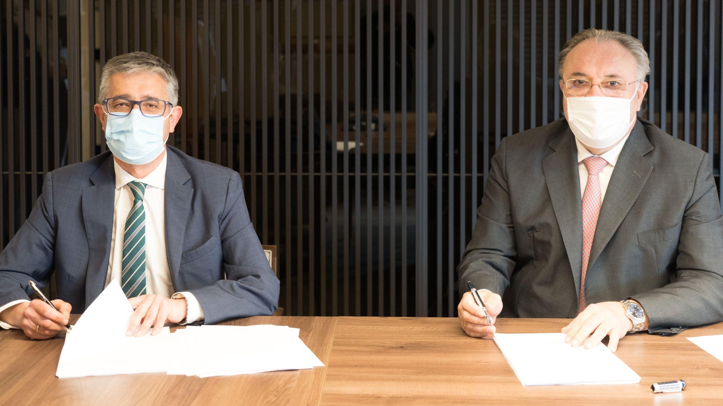 Nemesio Rodríguez, director Territorial Norte y Portugal de Naturgy, y José Antonio Jainaga, presidente de Sidenor, durante la firma del acuerdo