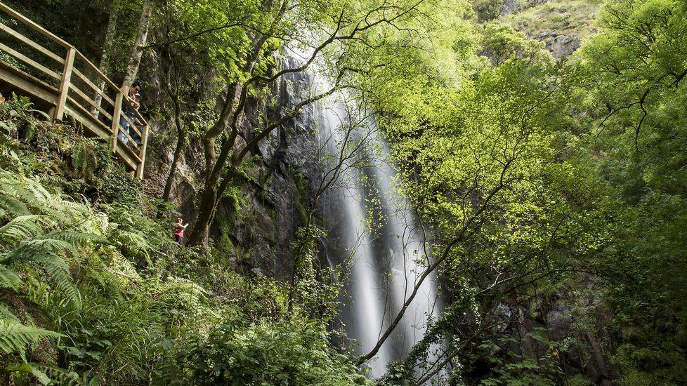 El mirador de la cascada visto desde abajo