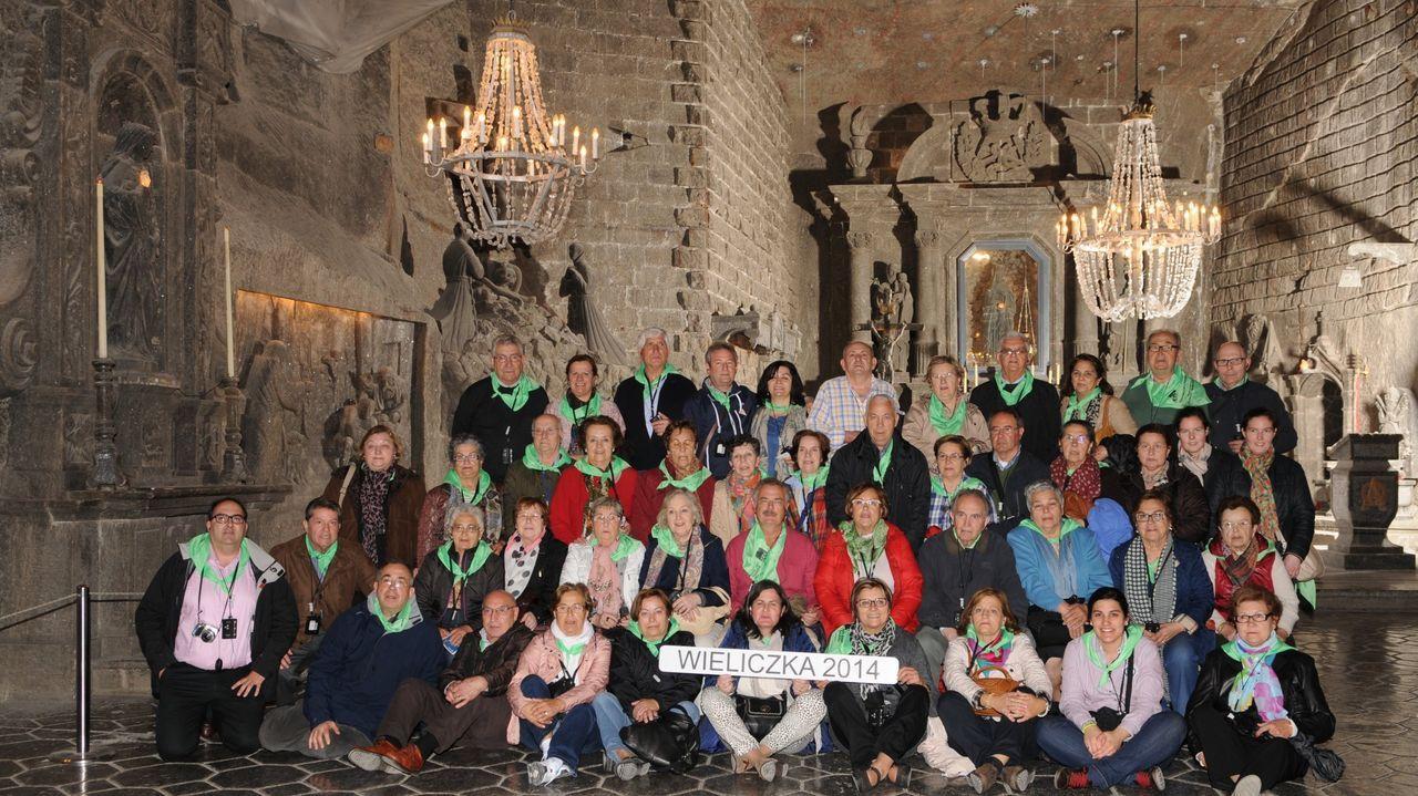 Fotografía de una excursión de un grupo de gallegos en la iglesia construida en las minas de sal de Wieliczka