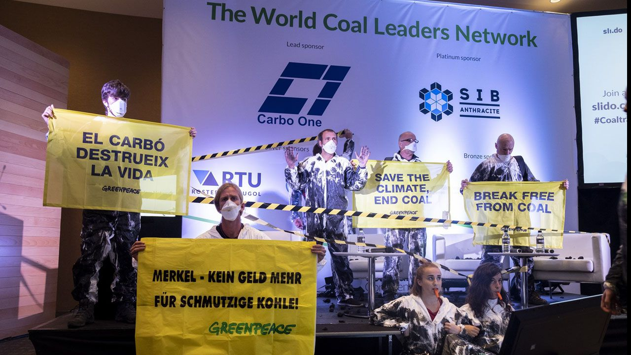 Activistas de Greenpeace escalan la torre de la central térmica de Meirama.Activistas de Greenpeace en el World Coal Leaders Network 2018