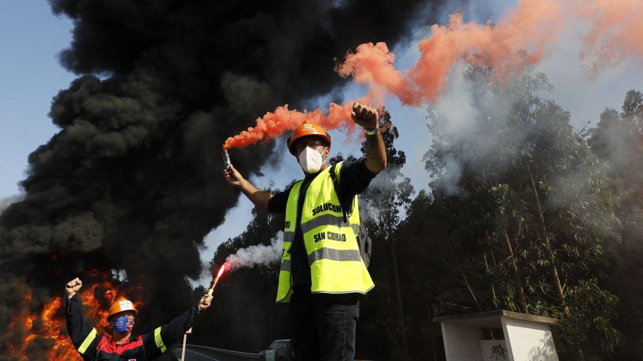 Un trabajador de Alcoa, en una protesta por una solución para la fábrica