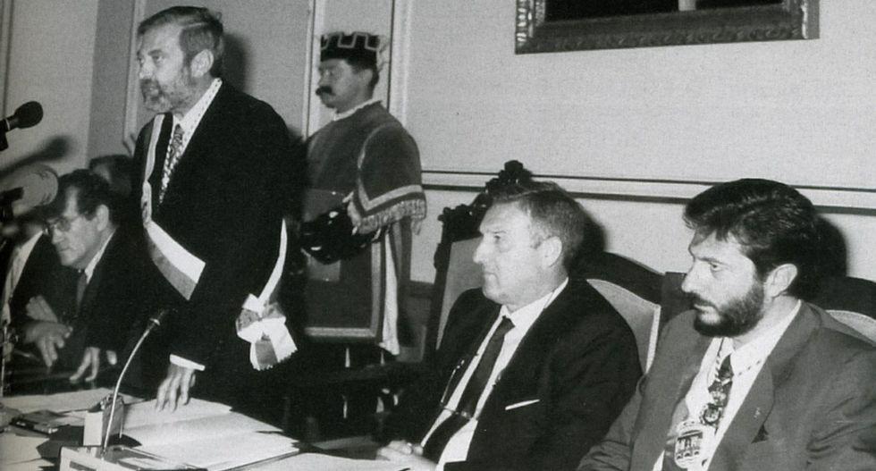 «La fuerte actividad sindical evitó el cierre de vulcano hace 34 años».<span lang= es-es >El caballero Cobián</span>. Para muchos fue un ejemplo de prudencia y buen talante. Javier Cobián gobernó entre 1991 y 1995, abandonó la política desilusionado y vive entregado a su vida profesional.