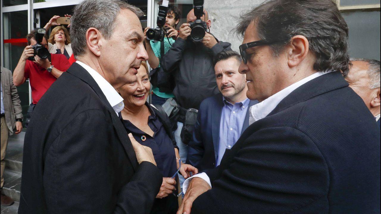 El expresidente del Gobierno, José Luis Rodríguez Zapatero (i), conversa con, Javier Fernández (d), en presencia de Mariví Monteserín y del secretario general de UGT en Asturias, Javier Fernández