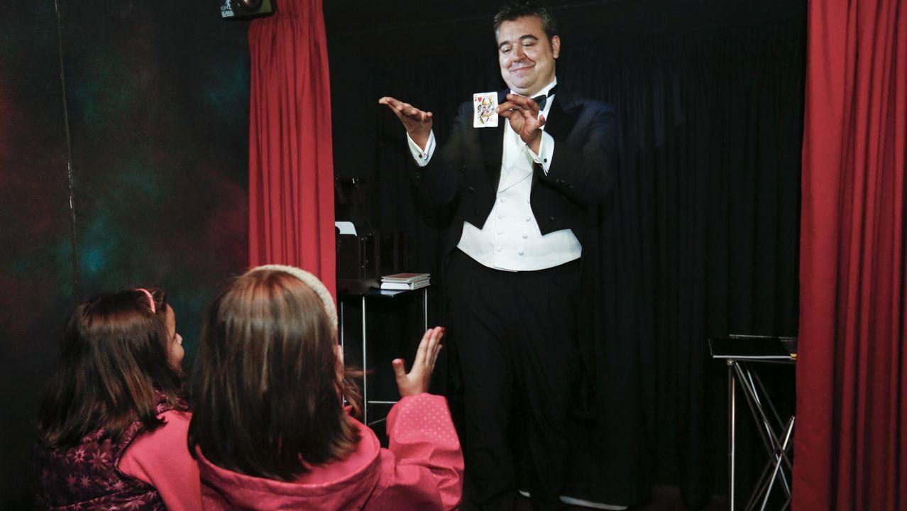 Galicia en alerta por la borrasca Helena.Joaquín Valle, sobrino de José Valle Armesto, ante una vieja fotografía del empresario e inventor gallego