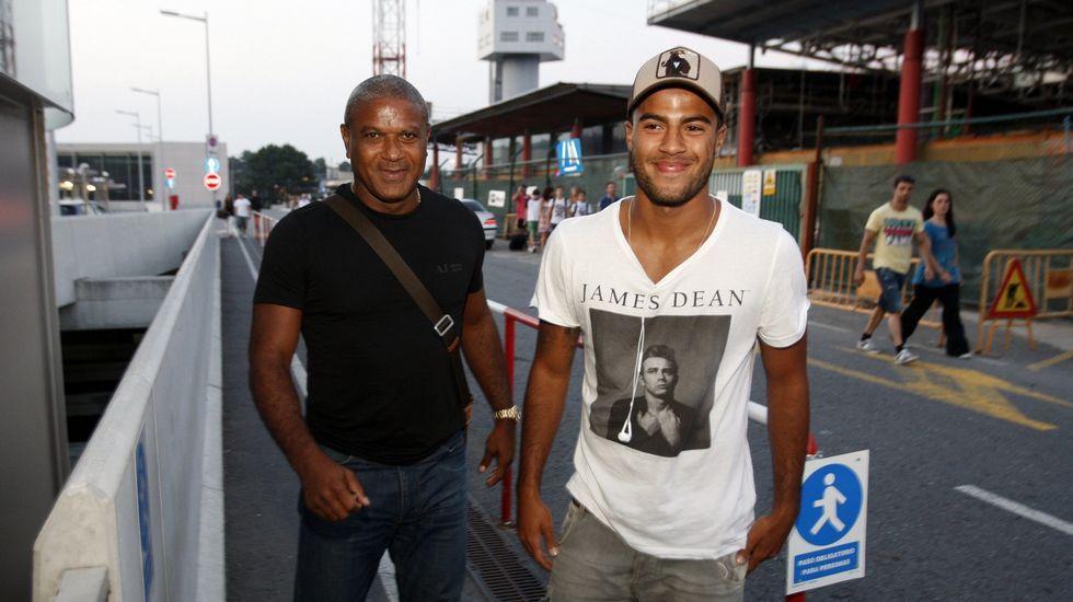 Rafinha, a su llegada a Vigo con su padre, Mazinho, en julio del 2013.