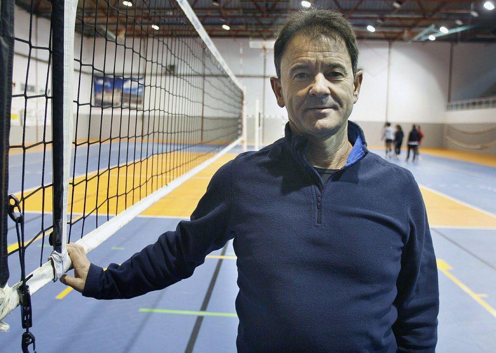 Puesta de largo del Korbis.Manolo Martínez confía en la victoria final de sus jugadoras en el campeonato gallego.