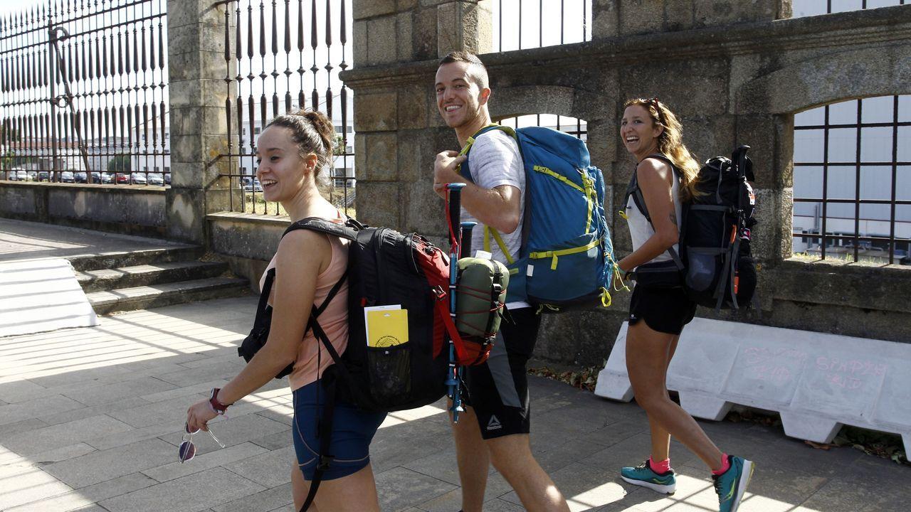 De izquierda a derecha, Mari, Gonzalo y Rocío, tres amigos de Madrid y Córdoba que ayer iniciaron en Ferrol el Camino Inglés