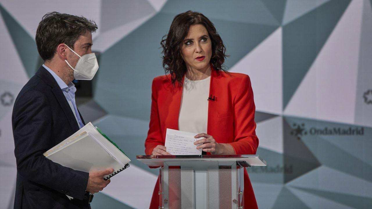 Isabel Díaz Ayuso, con uno de sus asesores, en un descanso del debate