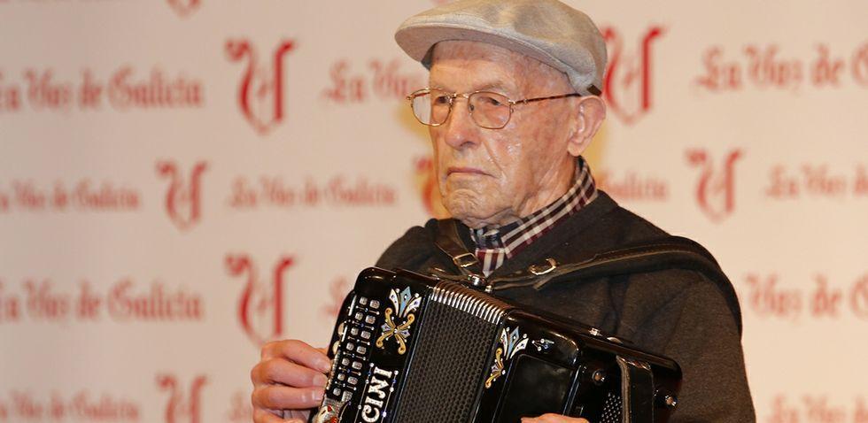 Carballo púxolle voz as Letras Galegas.Antonio Balboa presentó anoche su última novela.