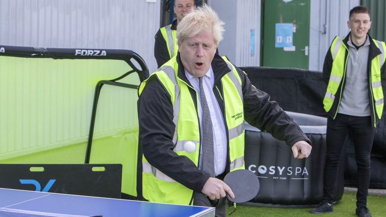 Boris Johnson juega al pimpón, durante una visita a la compañía Next World Spot