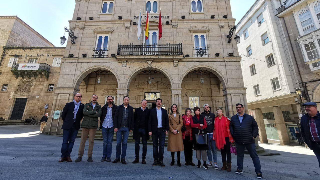 Gonzalo Caballero saluda al presidente de Bonilla a la Vista en un acto de precampaña celebrado este jueves en Arteixo.Gonzalo Caballero visitó Ourense y respaldó la reprobación de Jácome