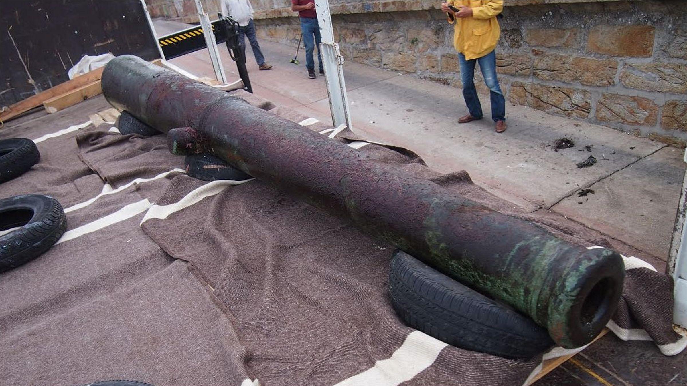 Los lugares en los que podría ubicarse el Museo dos Naufraxios de la Costa da Morte.Boceto en el que el artista Cándido Pazos recrea al monstruo