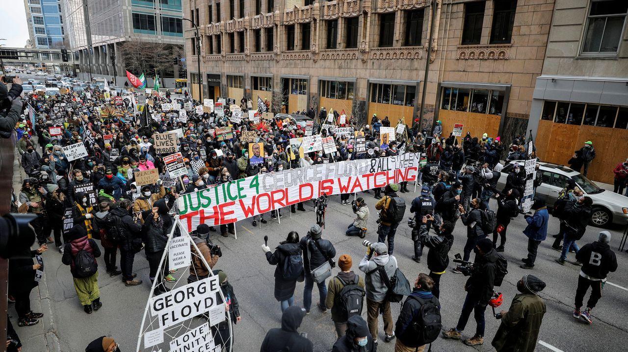 Manifestantes marchan por una avenida de Mineápolis
