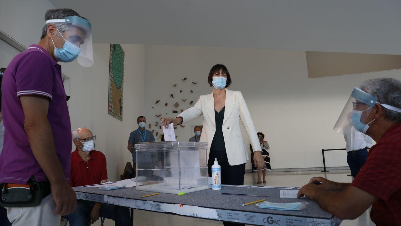 Entre los candidatos fue Ana Pontón, del BNG, la más madrugadora. Votó a las 09.15 en el CGAC, en Santiago