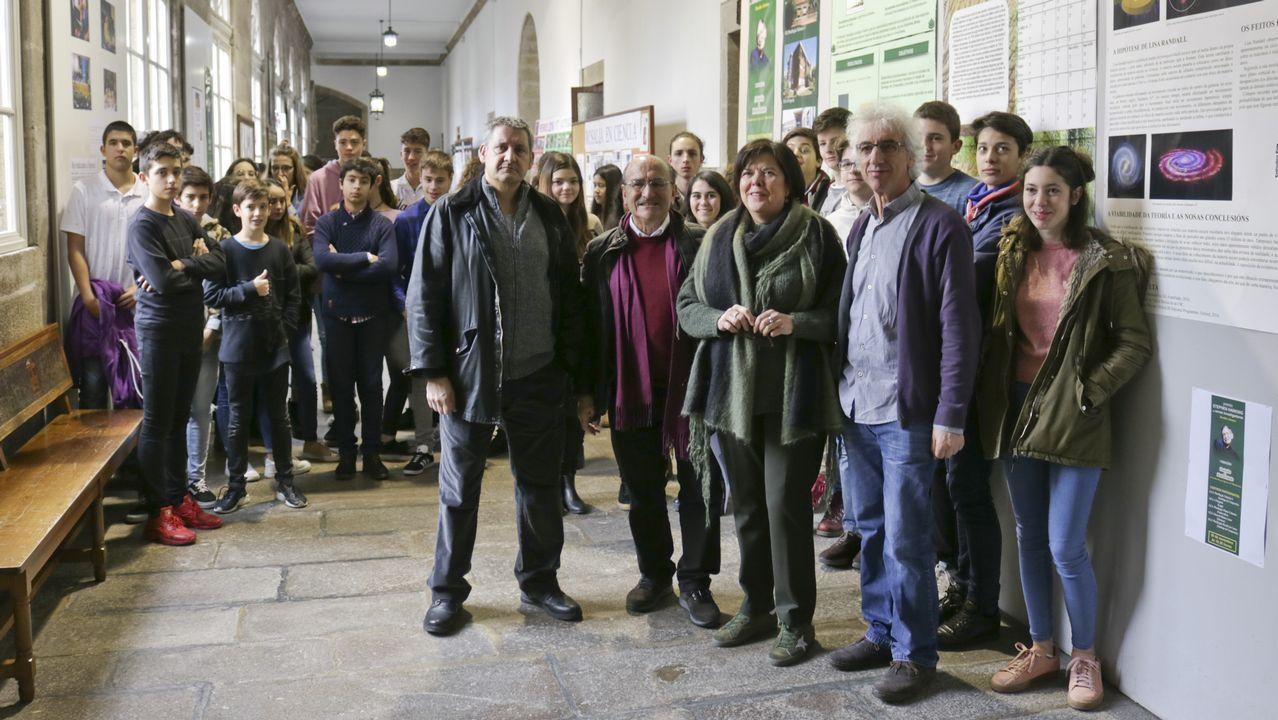 Varios grupos de turistas se sacan fotos con la estatua de Woody Allen, en Oviedo.Aurelio Menéndez