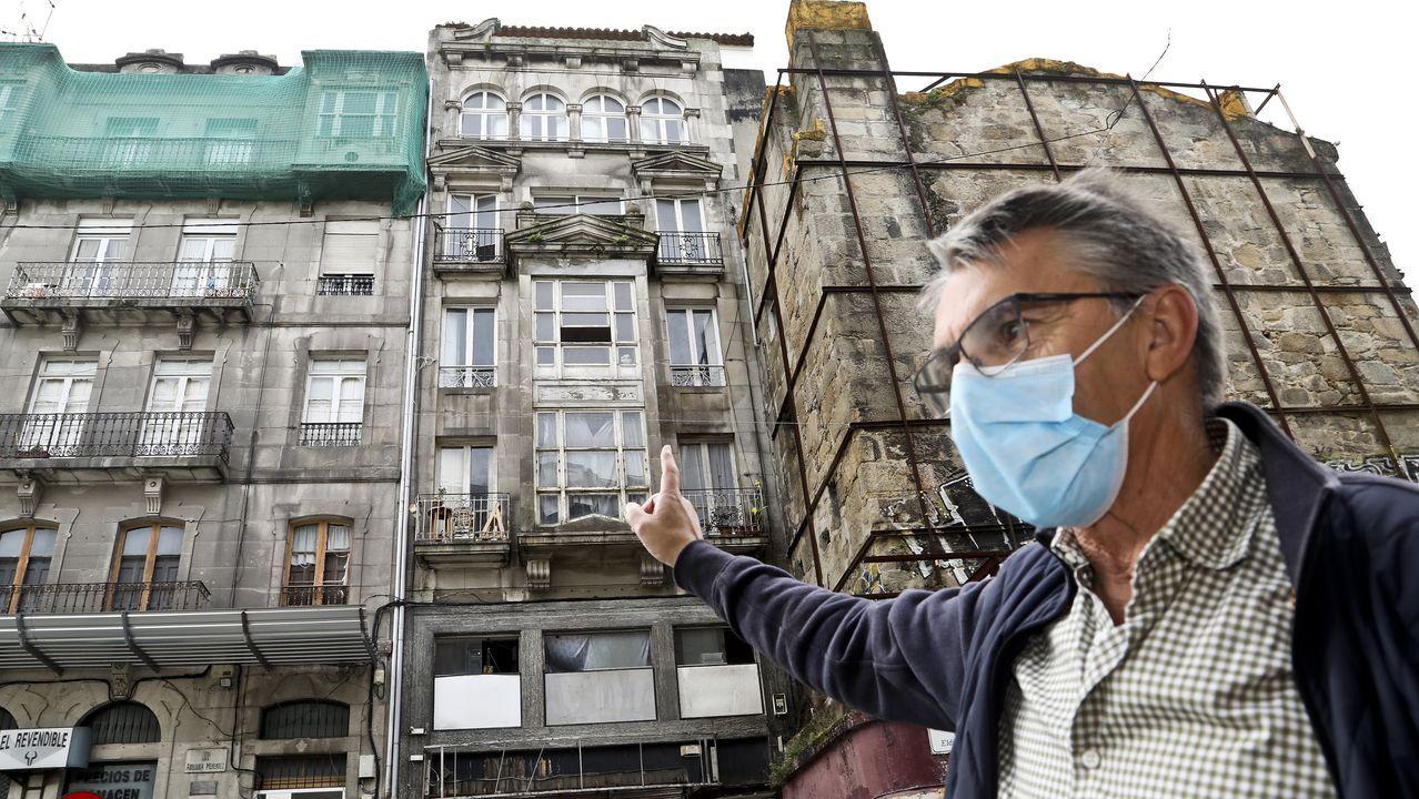 El presidente de la fundación propietaria, delante del edificio okupado