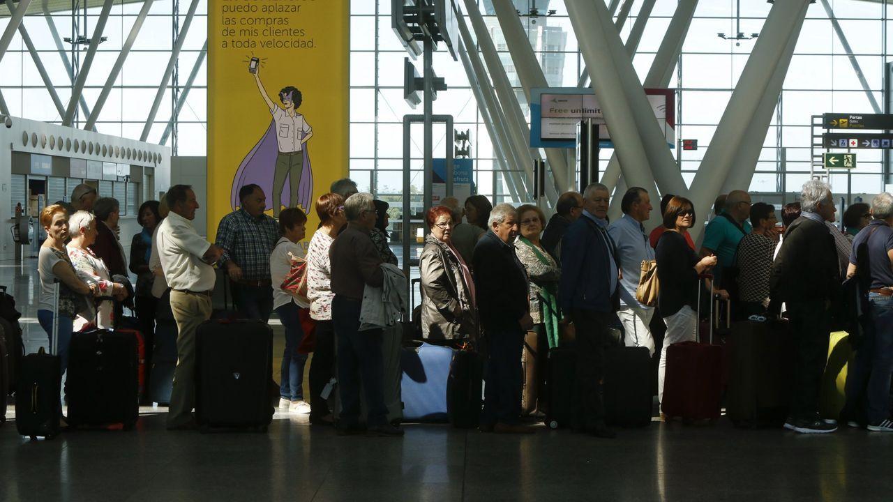 Peinador también desescala: llega el primer vuelo de Canarias.Avión de Ryanair en Peinador