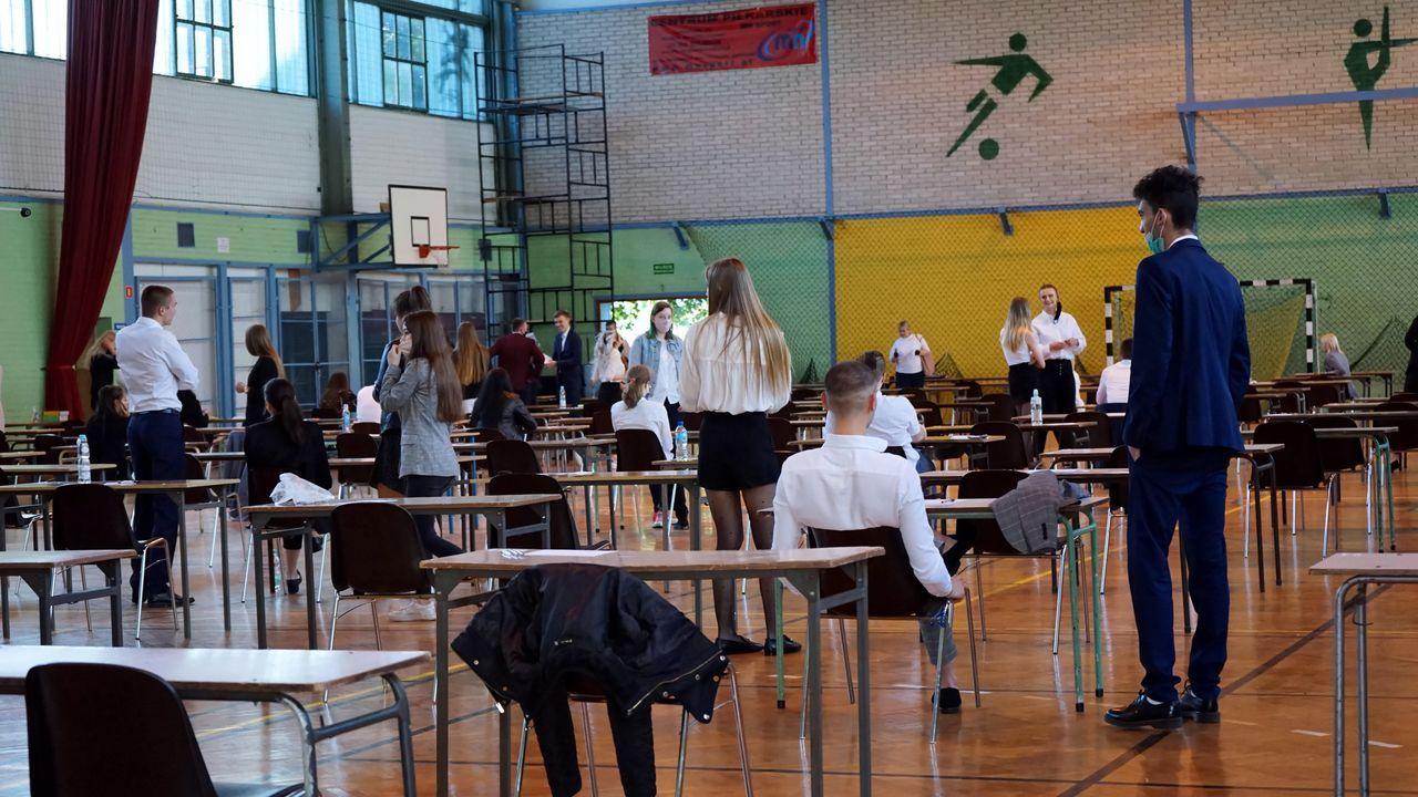 En Polonia, los estudiantes de secundaria deben hacer sus exámenes para graduarse. En algunos centros han llevado los pupitres a los gimnasios para cumplir con la distancia de seguridad