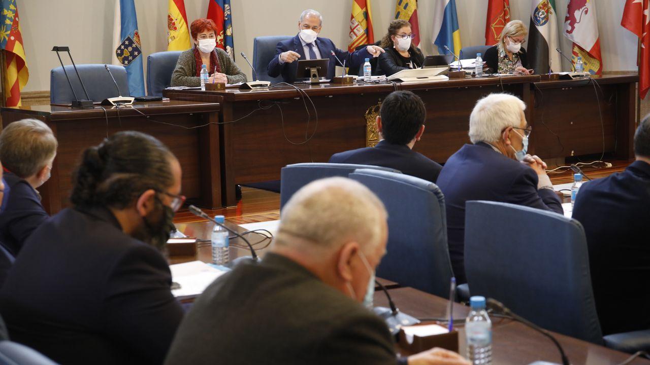 En primer término el diputado del PP, Óscar Poy, defendió la postura de los populares en el asunto del colegio de Baamobnde