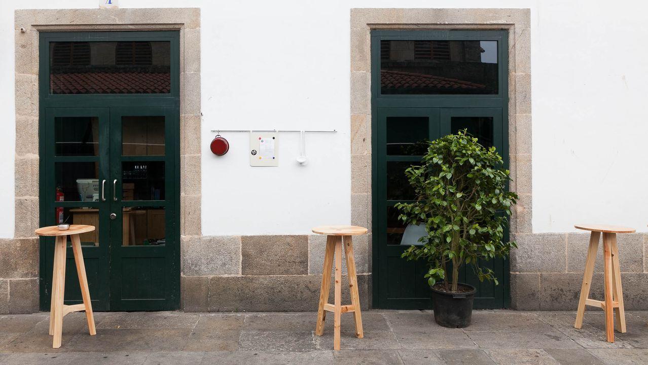 Aunque en invierno permanece cerrada, la taberna O Loxe Mareiro tiene propuestas como esta moluscada, que es una visión de la ría de Arousa de los dos chefs, que nos ofrecen en la calle más foodie de Santiago «marisco a puñados».