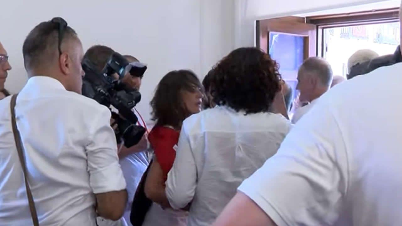 Pelea entre concejales al intentar colocar una ikurriña durante el Chupinazo.La Policía Municipal impidió que integrantes de Bildu y Geroa Bai saquen la enseña al balcón del Ayuntamiento durante el chupinazo