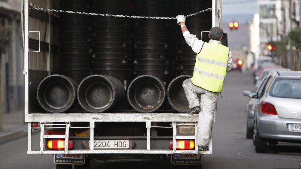 Reparto de los cubos que sustituyen a los contenedores y que se retiran después de que los vecinos dejen la basura