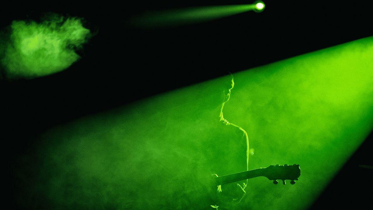 Descarga eléctrica de los Pixies en A Coruña.EL DÚO MOSTRANDO UNA IMAGEN DE RIAZOR EN LA PROMOCIÓN DE «HACIA LO SALVAJE»