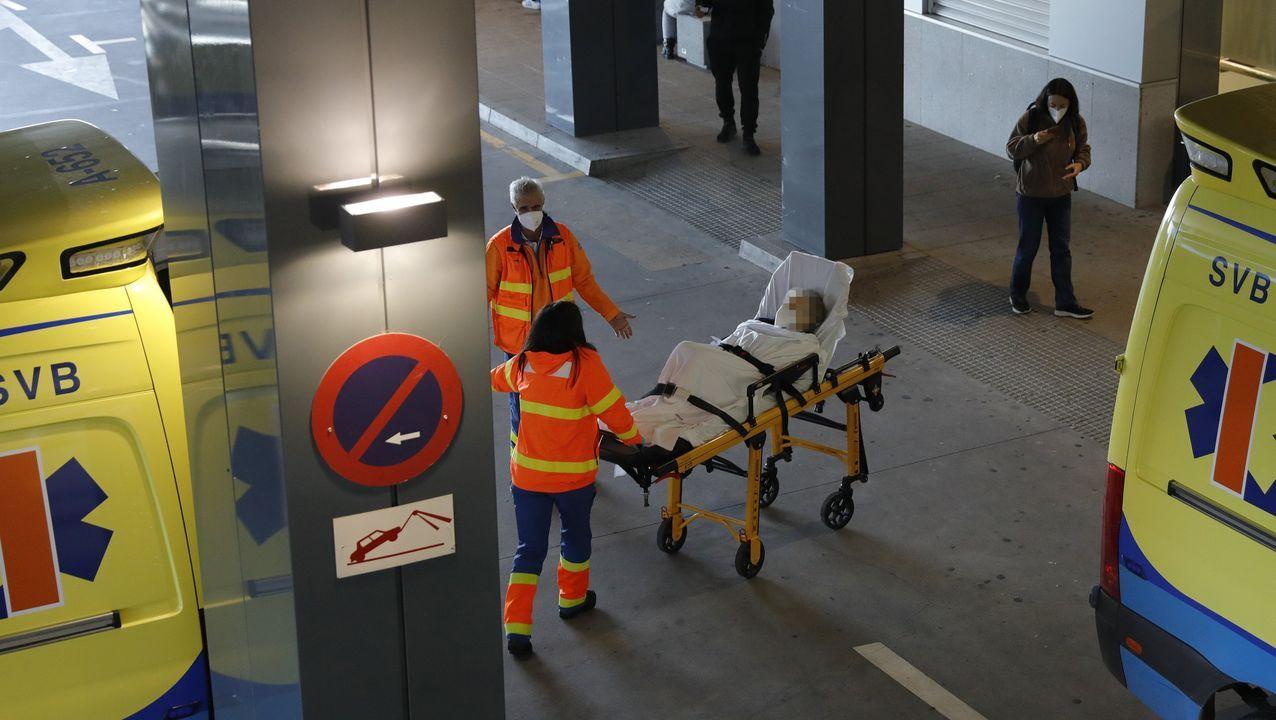 Los trabajadores delhospital gallego más castigado, el Chuac.Ambulancias en la puerta de entrada de Urgencias del Chuac