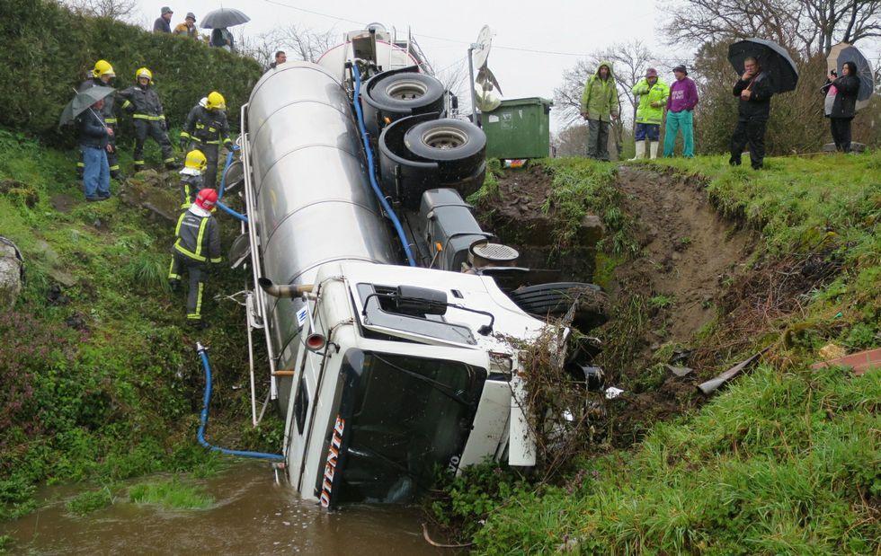 El camión cisterna se salió de la carretera de Susá a Bouzoá y cayó al arroyo que pasa por el pueblo de Sernande.