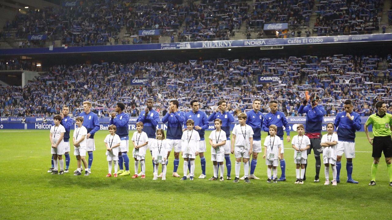 Los jugadores del Real Oviedo antes del derbi