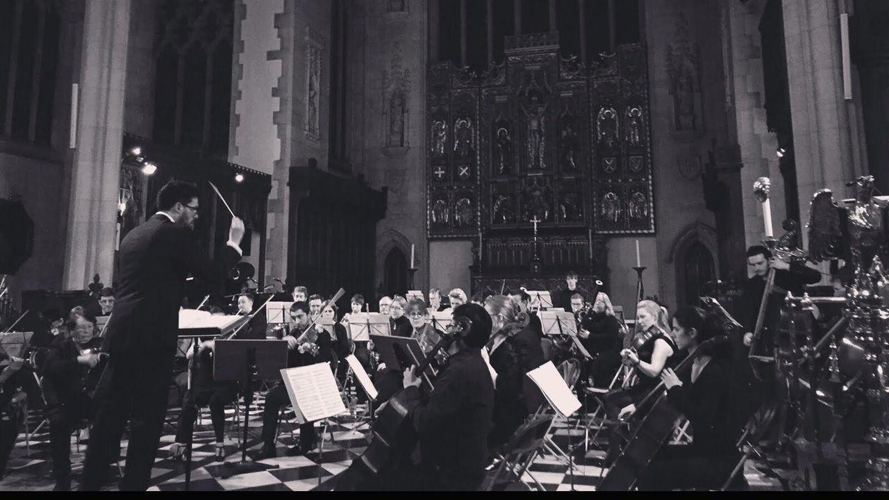 Miguel Ángel Esteban dirigiendo una orquesta en Londres