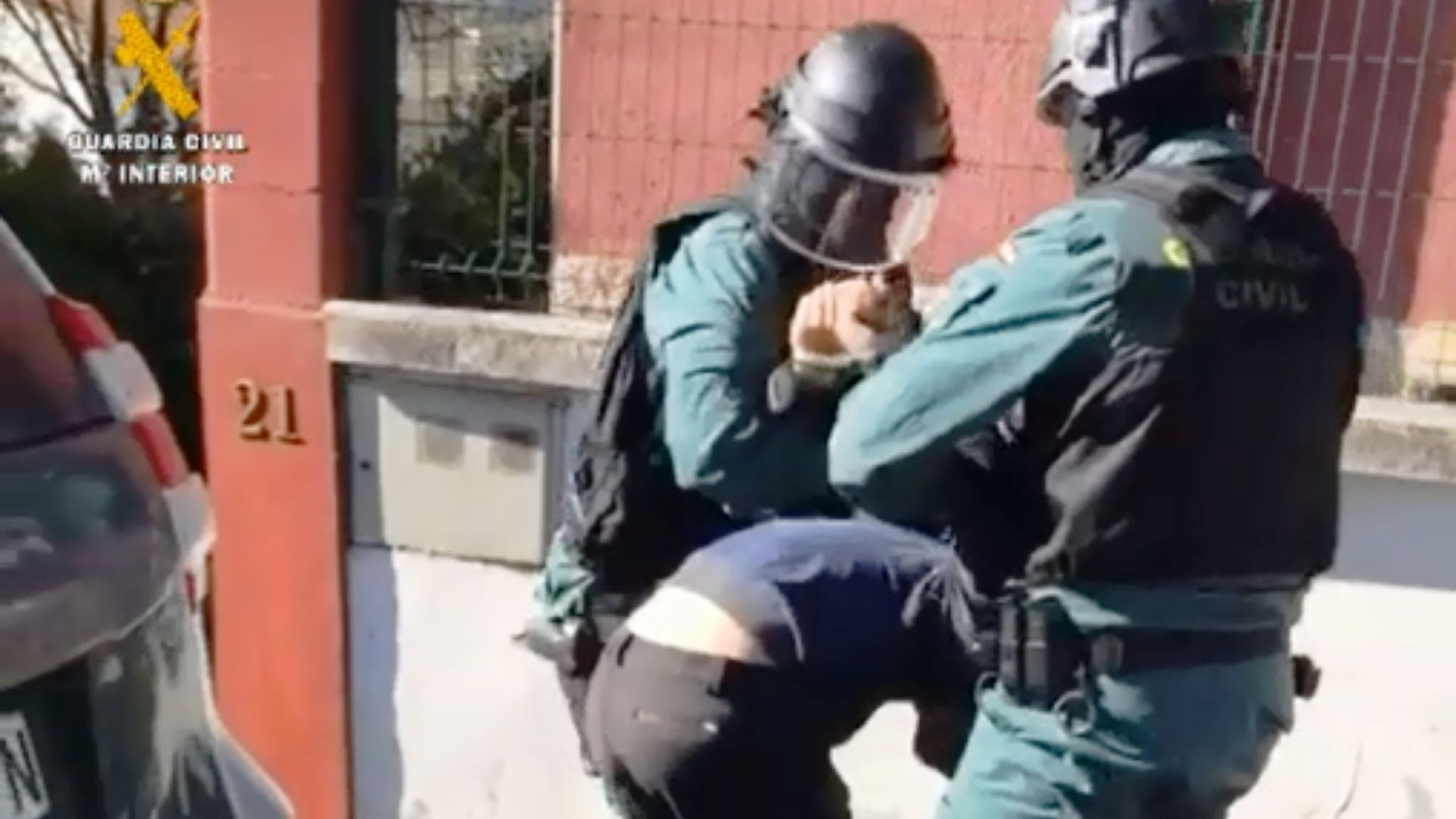 Amplio despliegue policial para detener al autor de un robo en Oviedo.Un agente de la policía danesa, durante uno de los registros