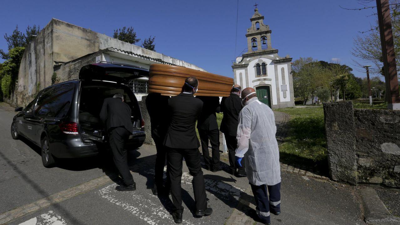 Porteadores con un féretro en el cementerio de Oleiros