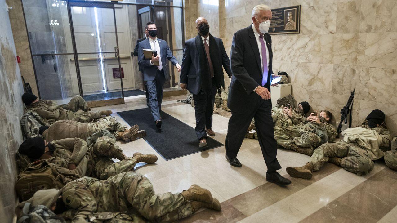 El congresista Steny Hoyer accede al Congreso entre miembros de la Guardia Nacional tumbados en el suelo