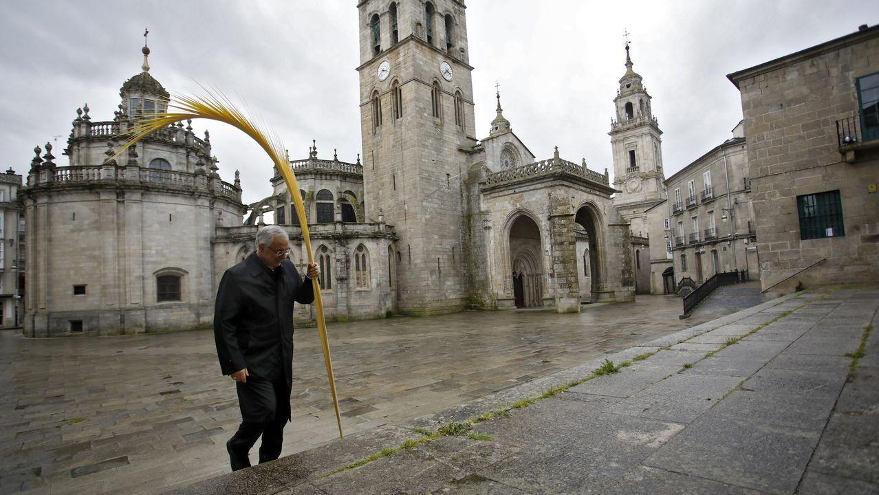 El obispo de Lugo, Alfonso Carrasco, este mediodía solo en la bendición del Domingo de Ramos en la Praza de Santa María