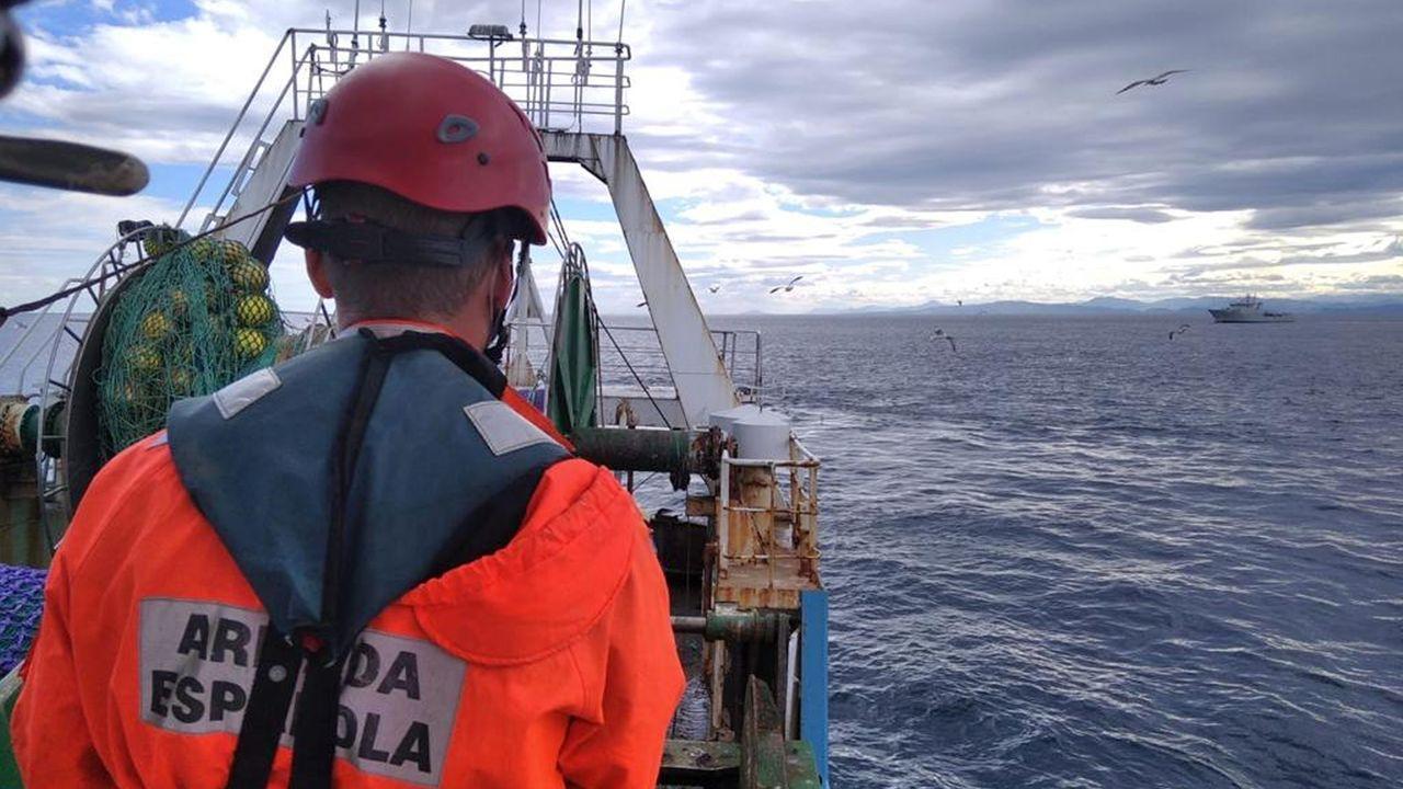 Recibimiento desde la Álvaro de Bazán al buque logístico a su incorporación a la fuerza naval