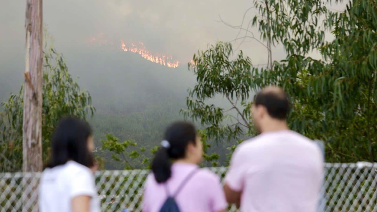 El incendio que comenzó en Pazos de Borbén ha llegado a Redondela