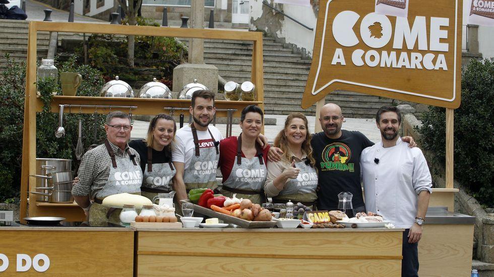 Os cinco concursantes, cun integrante do equipo de  Come a comarca  e co seu instrutor, o cociñeiro Carlos González, do restaurante Merenzao, de Sober,