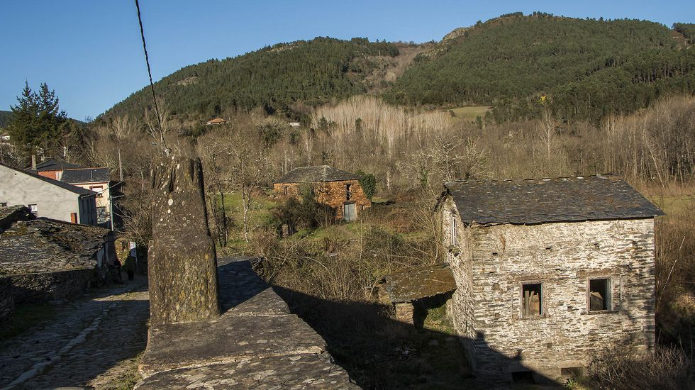 El edificio del molino de A Ponte, a la derecha, visto desde el puente