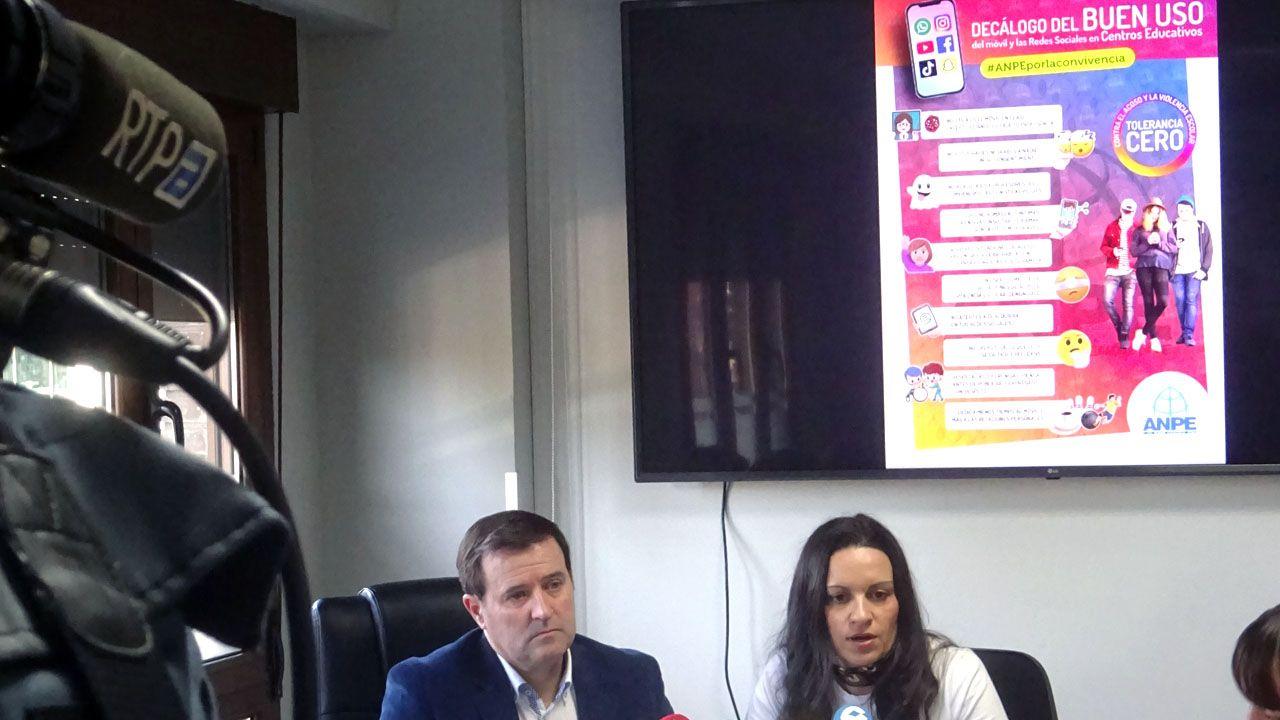 autobús, Asturias, alsa, pasajeros, Oviedo.Gumersindo Rodríguez y Montserrat Fernández, en la presentación de la campaña de ANPE sobre el buen uso del móvil en los colegios