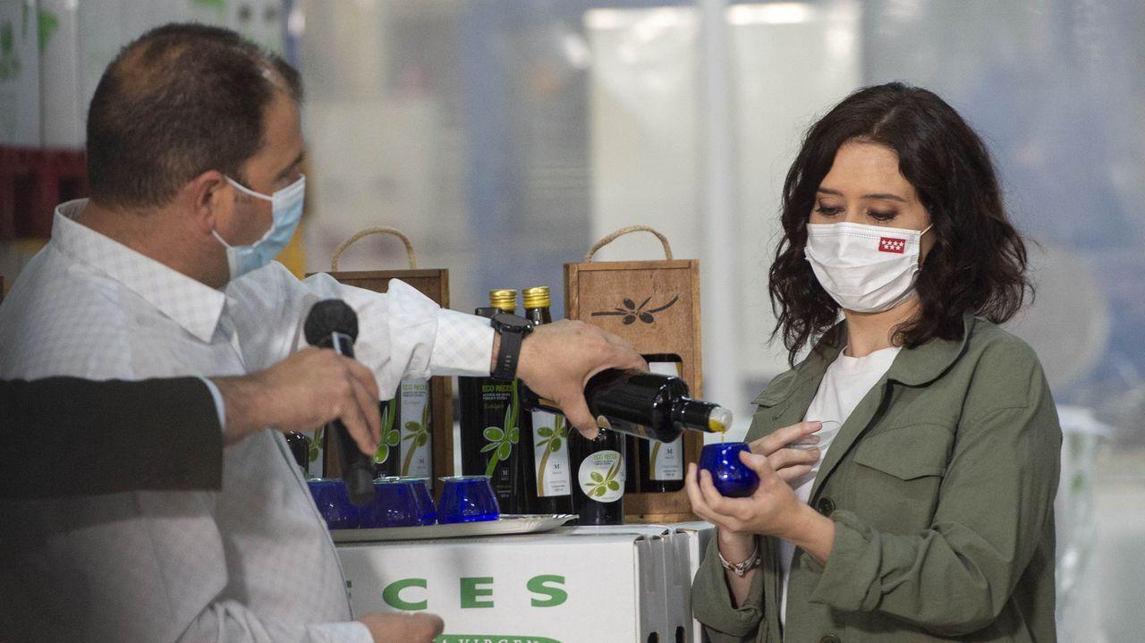 La candidata del PP, Isabel Díaz Ayuso, este jueves durante su visita a la almazara de la cooperativa de aceite de oliva Recespaña, en Villarejo de Salvanés