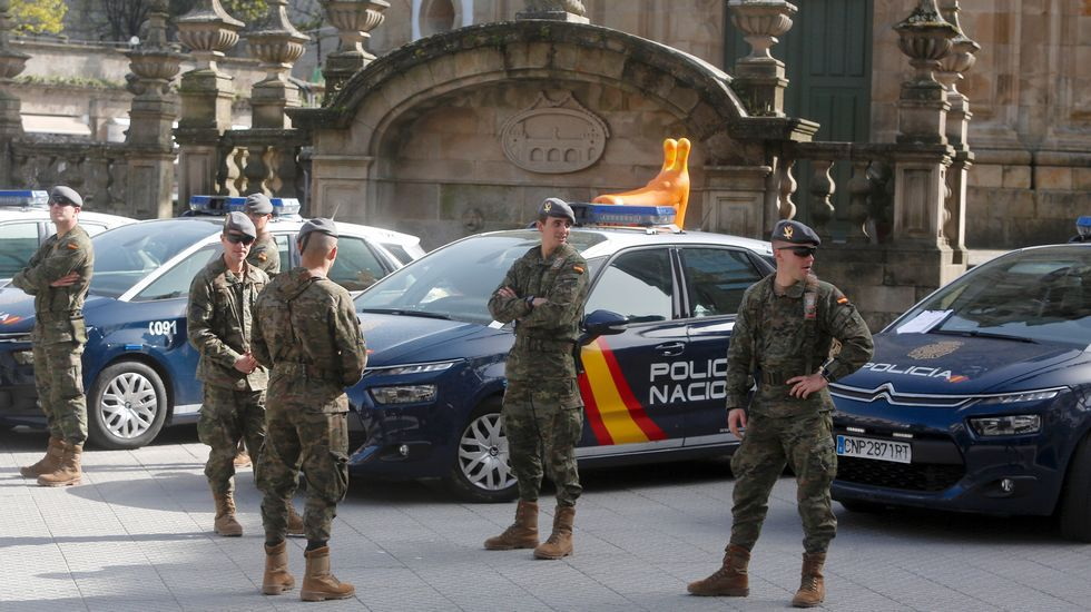 Efectivos de la Brilat de Pontevedra se despliegan por la ciudad para colaborar en las medidas de prevencion del coronavirus.Infantes de Marina y policías nacionales, ante la estación de tren de Ferrol