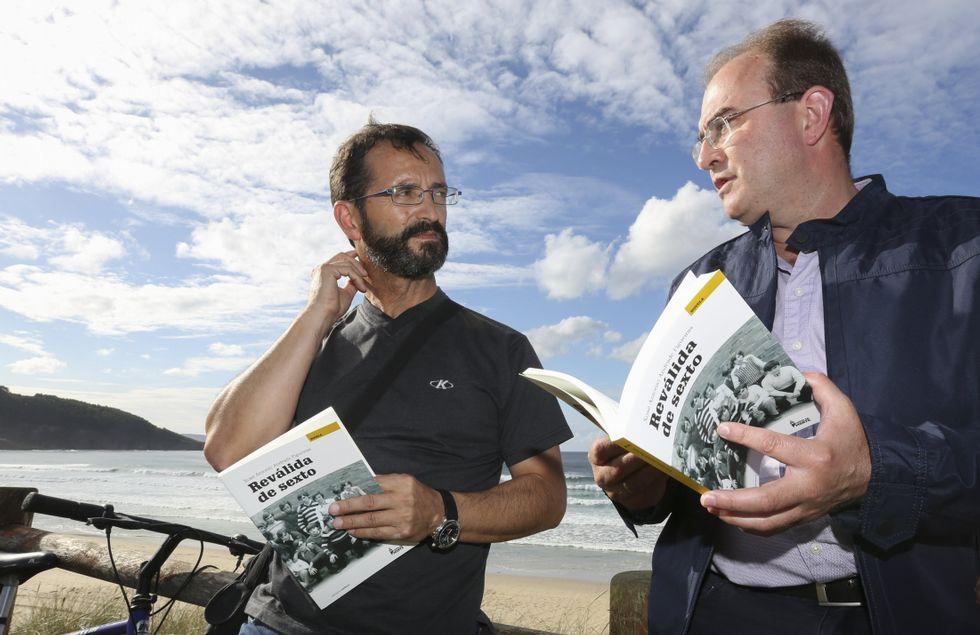José Antonio Andrade y Xosé Manuel Varela Varela, en la playa de Razo, con la reedición de Reválida de sexto, la obra que abre la colección que la editorial Embora dedica a la Costa da Morte.