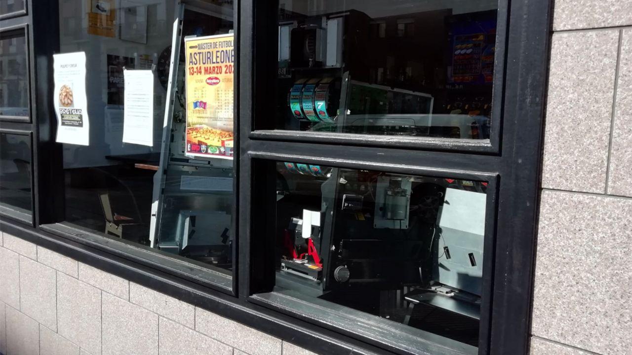 Las máquinas tragaperras abiertas y volcadas a la ventana del bar cerrado por la cuarentena