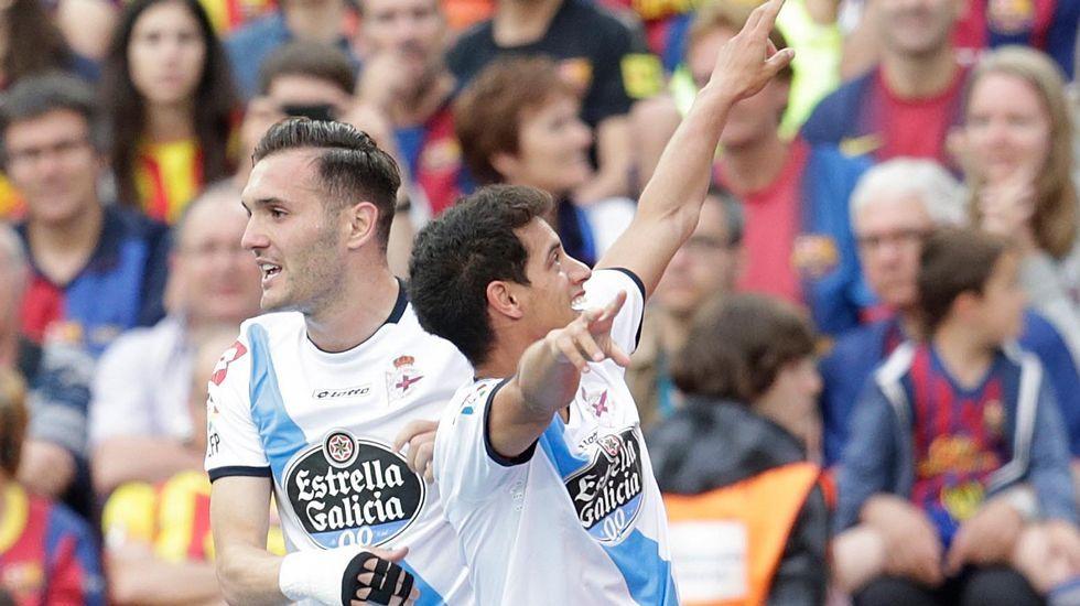 El Barcelona - Deportivo, en fotos.El capitán lucense, Manu, recibió el trofeo de manos del alcalde, Fernando Suárez.