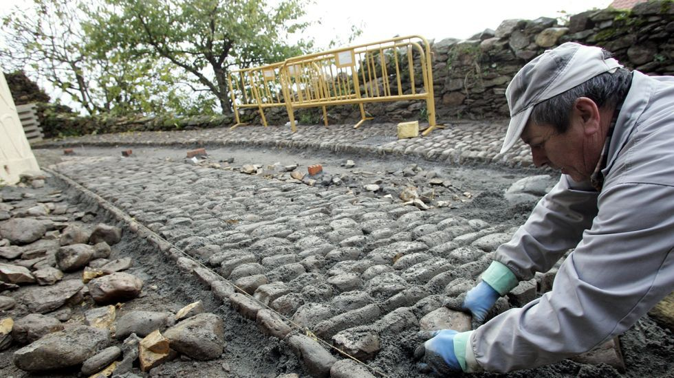 Obras de empedradro en la Rúa Falagueira, en el año 2008, siguiendo el modelo del pavimento original