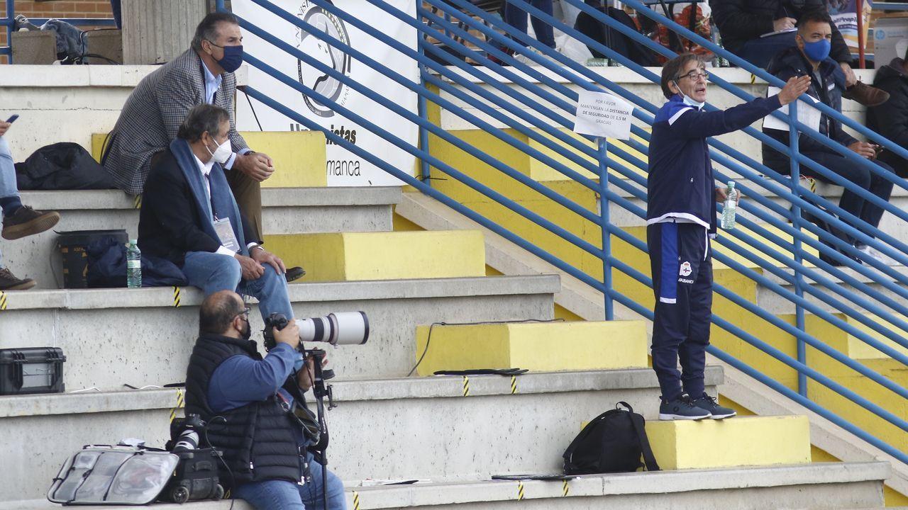 Fernando Vázquez, en la grada del estadio del Unionistas de Salamanca