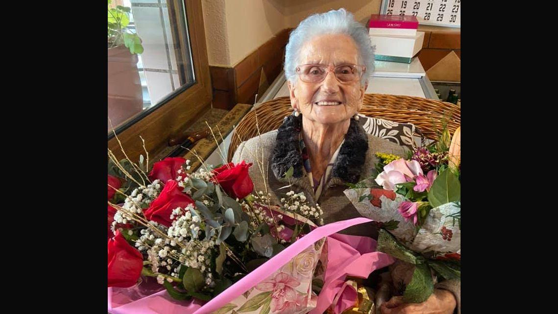 Florinda Álvarez , el día de su cumpleaños, el 6 de enero, con un ramo de flores