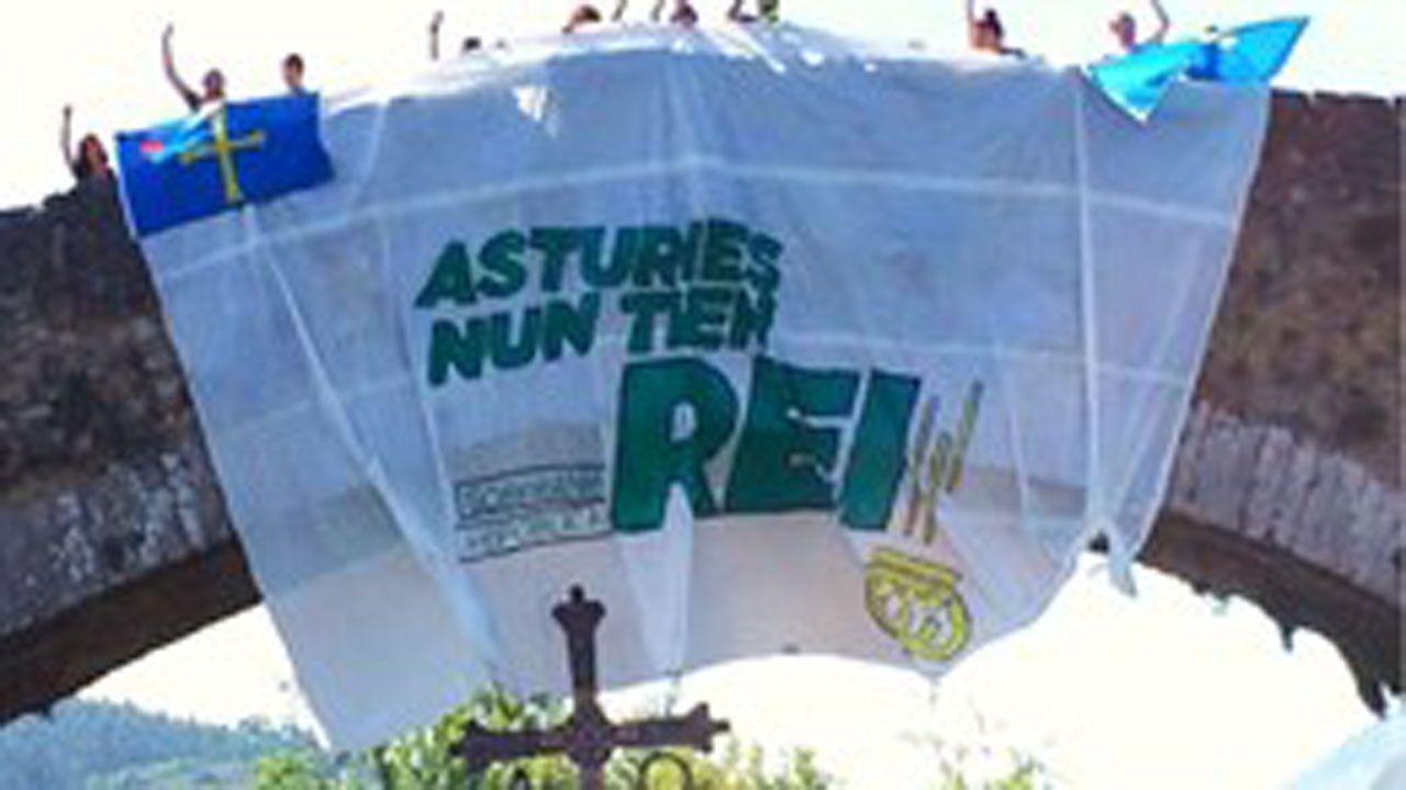 Agenda asturias Hevia tapas teatro Vuelta ciclista Covadonga.Cuelgan una pancarta del puente romano de Cangas de Onís contra la visita de los reyes y la princesa de Asturias