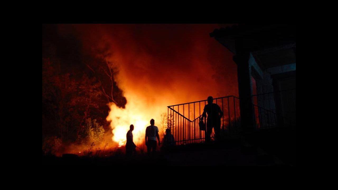 Jornada de vigilia naranja en Vigo.En San Fiz, Bóveda, los bomberos hicieron contrafuegos para evitar la propagacion de las llamas